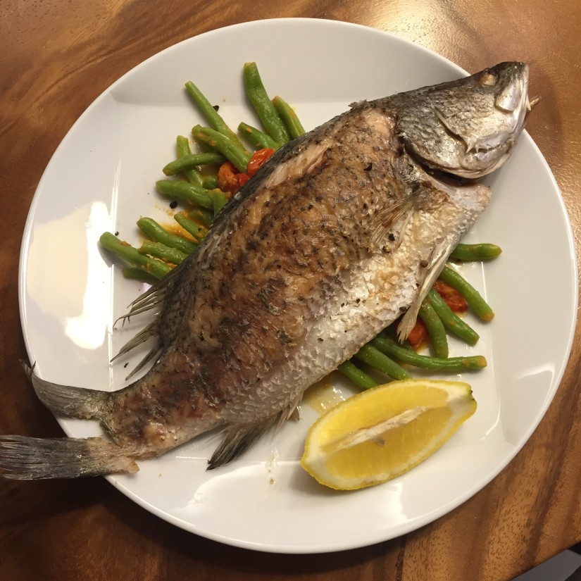 Juicy baked fish on a bed of french beans + tomatoes